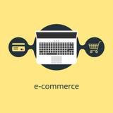 Comercio electrónico con el ordenador portátil y el carro de la compra de la tarjeta de crédito Foto de archivo