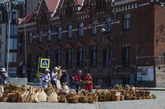 Comercio enérgico en cesta de mimbre en el cuadrado foto de archivo