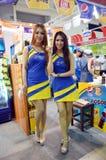 Comercio justo BANGKOK 2014, TAILANDIA junio 28,2014 actual Pepsi modelo no identificado y endechas, CEN de Tailandia Makro del c imagenes de archivo