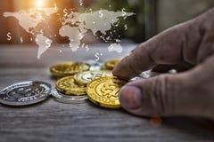 Comercio mundial recive de Holding Bitcoin del hombre de negocios ilustración del vector