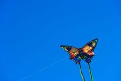 Cometa con el cielo azul Fotos de archivo libres de regalías