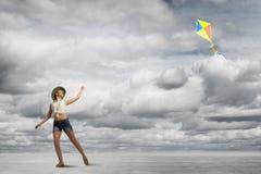 Cometa de la muchacha y del vuelo Imagen de archivo