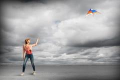 Cometa de la muchacha y del vuelo Imagen de archivo libre de regalías