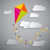 Cometa de papel en el cielo con las nubes Fotografía de archivo libre de regalías