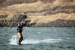 Cometa del hombre que practica surf en el río Foto de archivo libre de regalías