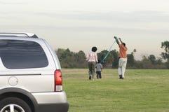 Cometa del vuelo de la familia en el parque Imagen de archivo