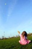 Cometa del vuelo de la niña Foto de archivo libre de regalías