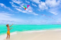 Cometa del vuelo del muchacho en la playa Fotografía de archivo libre de regalías