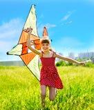 Cometa del vuelo del niño al aire libre. Fotografía de archivo libre de regalías