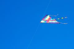 Cometa en el cielo azul imagen de archivo