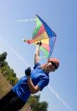 Cometa feliz del vuelo de la muchacha Foto de archivo libre de regalías