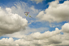 Cometa multicolora en Cloudscape y cielo azul fotografía de archivo