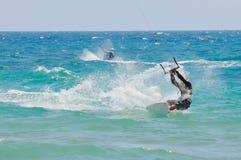 Cometa-persona que practica surf en la acción Imagen de archivo