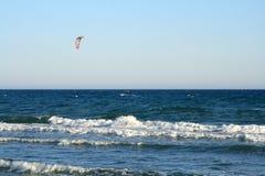 Cometa-persona que practica surf solitaria en el mar foto de archivo