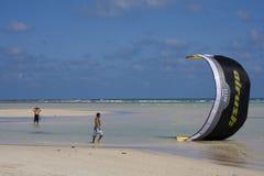 Cometa-personas que practica surf en Tailandia Foto de archivo