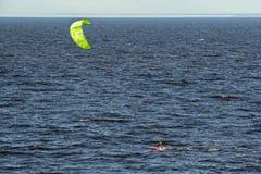 Cometa que practica surf del viento Foto de archivo