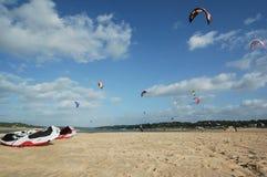 Cometa que practica surf en Albufeira Portugal fotografía de archivo