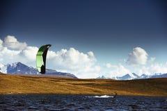 Cometa que practica surf en el lago de la montaña Foto de archivo libre de regalías