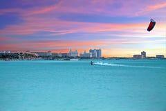 Cometa que practica surf en el Palm Beach en la isla de Aruba en el mar del Caribe Fotos de archivo libres de regalías