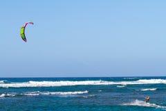 Cometa que practica surf en Hawaii Imagenes de archivo