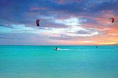 Cometa que practica surf en la isla de Aruba en la puesta del sol Imagenes de archivo