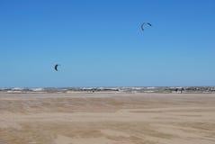 Cometa que practica surf en la playa en Pescara fotos de archivo libres de regalías