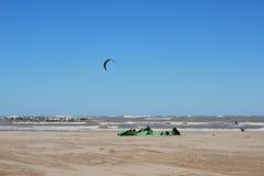 Cometa que practica surf en la playa en Pescara foto de archivo