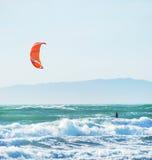 Cometa que practica surf en San Francisco California foto de archivo
