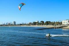 Cometa que practica surf St Kilda de la ciudad de Australia Melbourne Foto de archivo