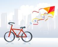 Cometa y bici en la ciudad Imágenes de archivo libres de regalías