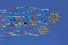 Cometas que montan el viento Foto de archivo libre de regalías