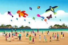 Cometas que vuelan de la gente en el festival de la cometa Foto de archivo libre de regalías