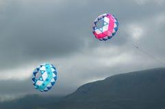 Cometas que vuelan en cielo tempestuoso Fotos de archivo libres de regalías
