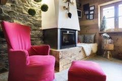 Comfortabel binnenland van een rustiek chalet met moderne open haard royalty-vrije stock afbeelding