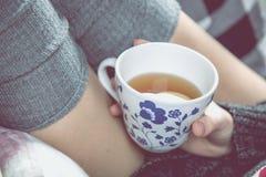 Comfortabel de winterconcept met meisje die hete thee drinken Royalty-vrije Stock Afbeeldingen