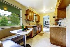 Comfortabel die het dineren gebied met hoekbank aan keukenruimte wordt verbonden Royalty-vrije Stock Afbeelding