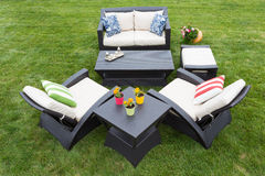 Comfortabel diep modern tuinmeubilair Royalty-vrije Stock Afbeeldingen