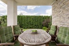 Comfortabel en elegant terras voor een grote familie stock foto