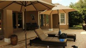 Comfortabel gebied door de pool Royalty-vrije Stock Afbeeldingen