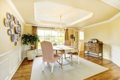 Comfortabele Amerikaanse Woonkamer Met Pastelkleur Gele Muren ...