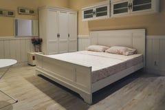 Comfortabel hoofdkussen op de slaapkamerbinnenland van de beddecoratie Royalty-vrije Stock Afbeelding