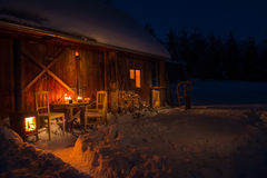 Comfortabel houten plattelandshuisje in donker de winterbos Royalty-vrije Stock Fotografie
