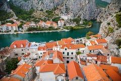 Comfortabel landschap van de kleine stad Omis Royalty-vrije Stock Afbeeldingen
