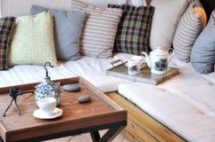 Comfortabel meubilair en het plaatsen in woonkamer Stock Afbeeldingen