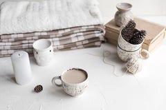 Comfortabel Ontbijt met koffie en melk Levensstijlconcept Royalty-vrije Stock Afbeeldingen