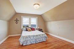 Comfortabel slaapkamerbinnenland met gewelfd plafond Royalty-vrije Stock Fotografie