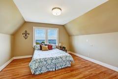 Comfortabel slaapkamerbinnenland met gewelfd plafond Royalty-vrije Stock Foto's