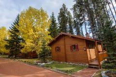 Comfortabel stil houten hotel bij het multicolored dalingsbos stock fotografie