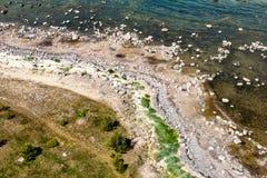 Comfortabel strand van de Oostzee met rotsen en groene vegetat Royalty-vrije Stock Foto