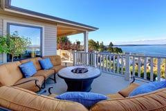 Comfortabel terrasgebied met Puget Sound-mening Tacoma, WA Stock Afbeeldingen